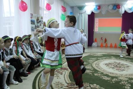 Дети исполняют белорусскую польку